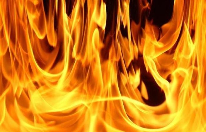 إخماد حريق في مستودع لمستلزمات حفلات الزفاف في الحدث