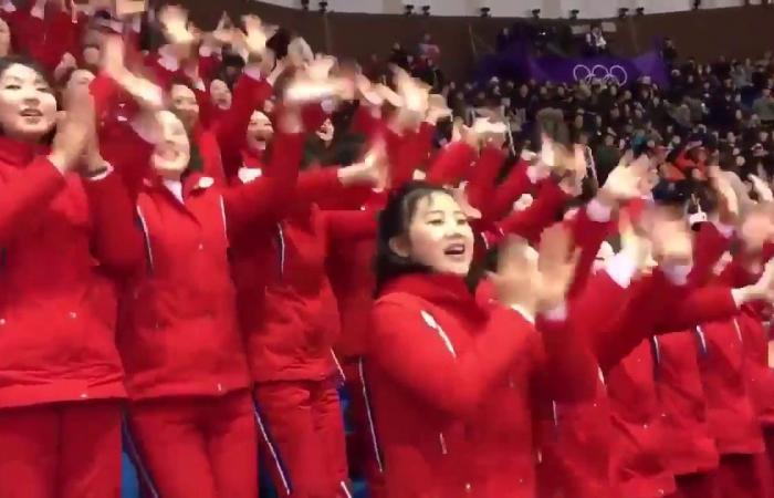 بالفيديو.. مشجعات كوريا الشمالية الفاتنات يبهرن العالم