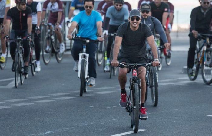 بالصور والفيديو… أمير قطر على دراجة هوائية في شوارع الدوحة!