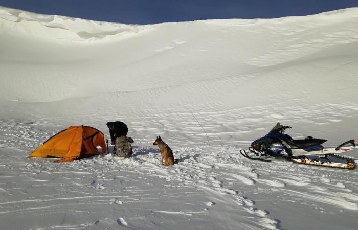مغامرة شاب في القرنة السوداء: غمرته الثلوج لـ3 أيّام.. وكلبه أسعفه!
