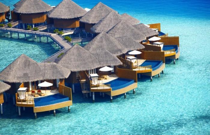 """السياح يهجرون المالديف.. إلغاء مئات الحجوزات في فنادق """"الجزر الساحرة""""!"""