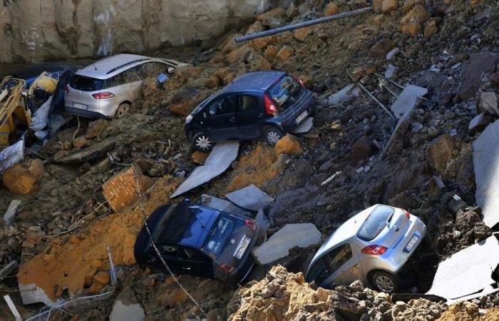 بالصور… حفرة تبتلع 6 سيارات في شارع سكني