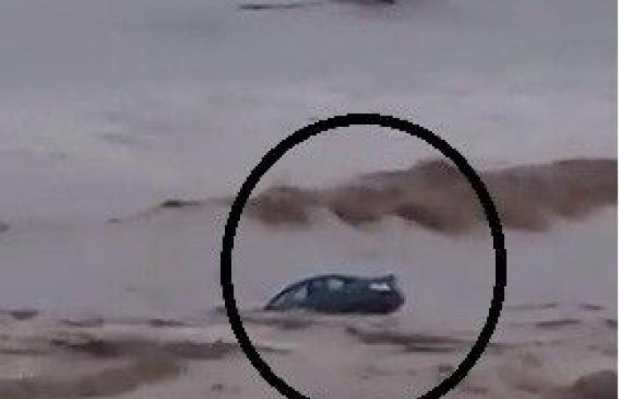 بالفيديو: السيول تجرف سيارة نحو البحر في لبنان!