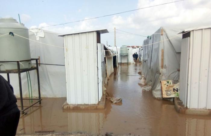 بالصورة.. العاصفة تمزّق خيم النازحين بعكار والأمطار تقتحم المنازل!