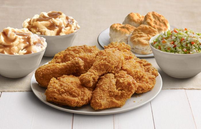 """بعد """"أزمة الدجاج"""".. KFC تغلق فروعها في هذه الدولة!"""