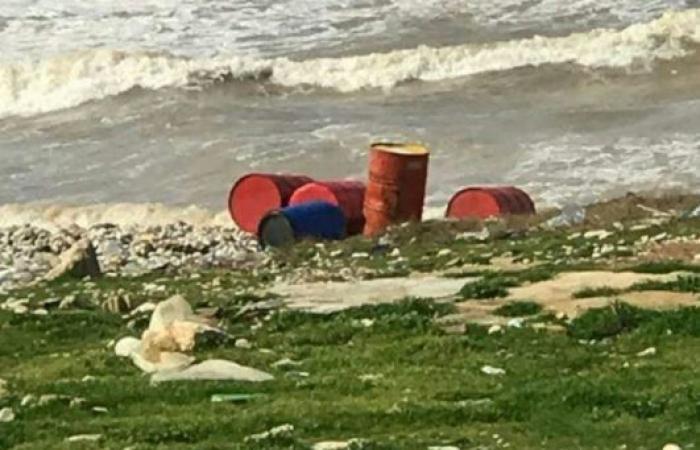 """""""براميل"""" تستنفر المواطنين والقوى الأمنية على شاطئ العبدة.. ماذا فيها؟!"""