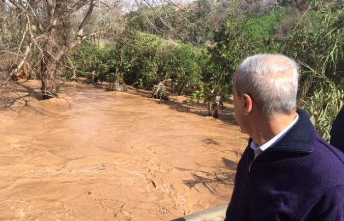 جسر نهر الشلفة يثير أزمة.. المياه سحبت سيارة والمرور عليه ممنوع!