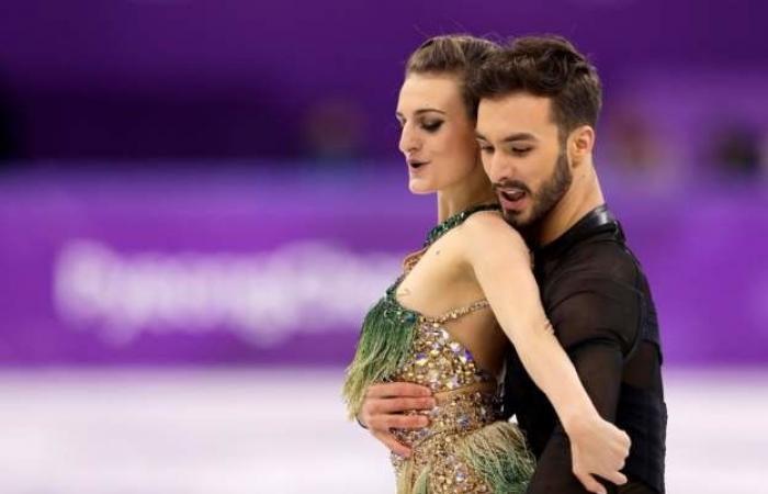 بالفيديو: سقط ثوبها خلال العرض.. موقف محرج لمتسابقة فرنسية بالألعاب الأولمبية