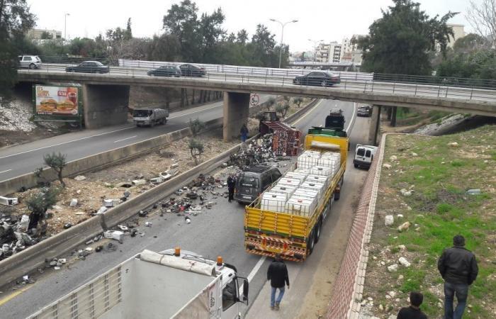 بالصورة: احذروا المرور على اوتوستراد جبيل.. انقلاب شاحنة وزحمة