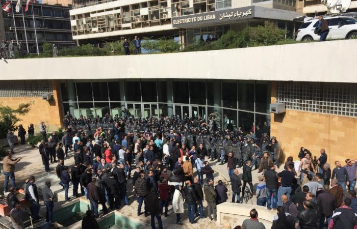 """قوى الامن: المياومون مصرون على الدخول بالقوة الى """"""""كهرباء لبنان"""""""