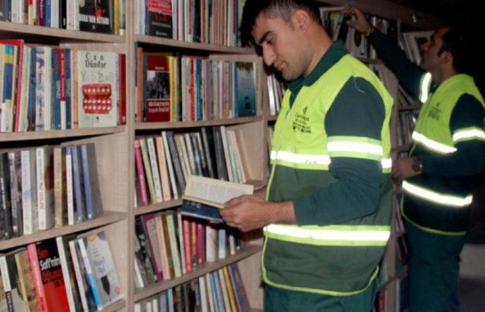 عمال نظافة يحولون الكتب في سلة المهملات إلى مكتبة