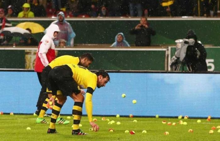 بالفيديو: شاهد أغرب احتجاج في ملاعب كرة القدم