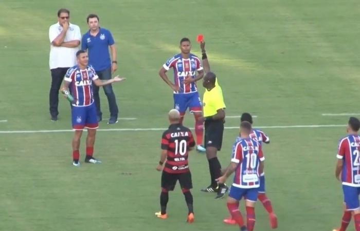 بالفيديو: معركة قتالية في الملعب.. الحكم يطرد 10 ويوقِف المباراة!