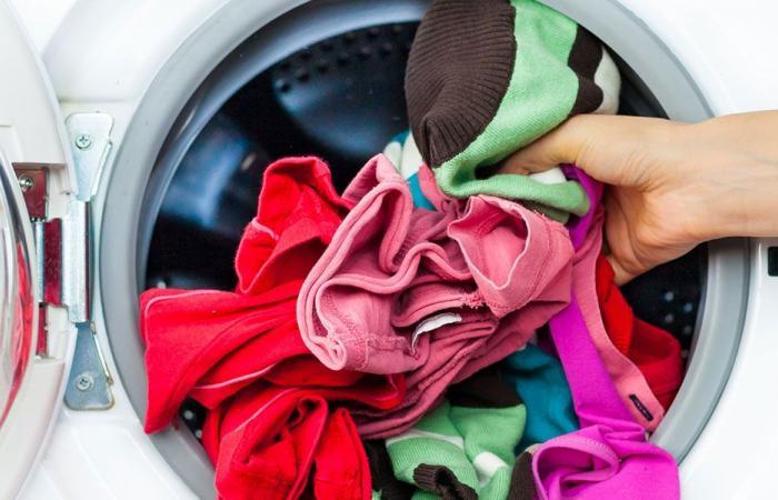ما فائدة غسل الملابس الجديدة قبل ارتدائها؟
