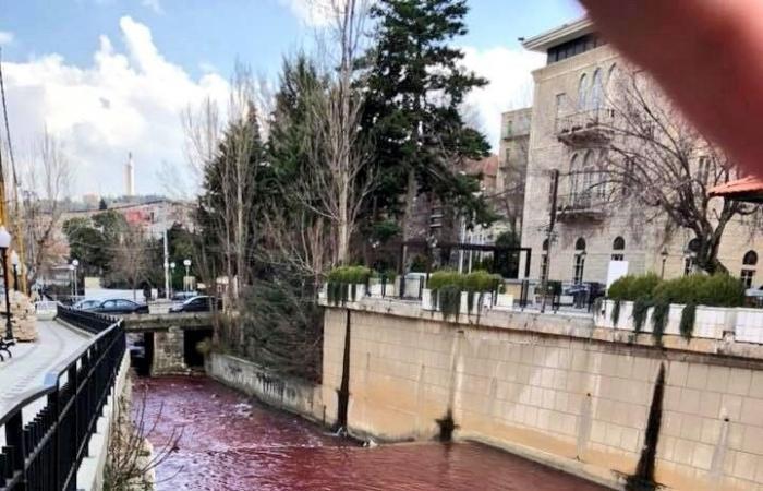 """""""مجرزة بيئية"""" في البردوني: مياه النهر تحوّلت """"حمراء"""".. و""""البيئة"""" تتحرّك!"""