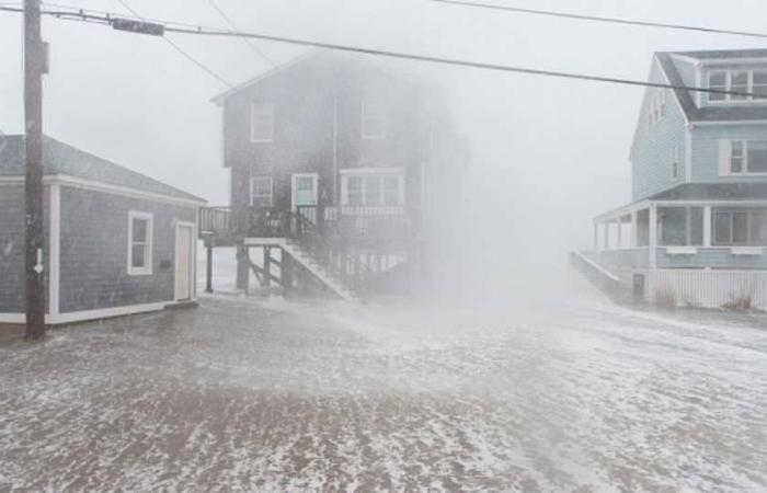 بالصور… عاصفة تقتل وتقطع الكهرباء عن ولايات أميركية