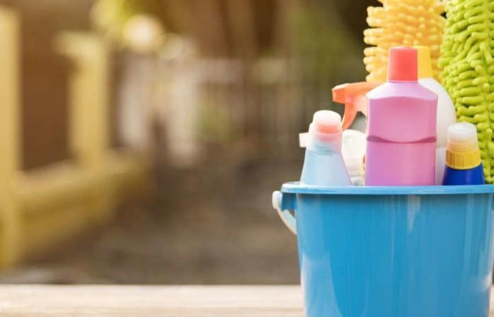 استخدام مواد التنظيف بشكلٍ دوريّ يضر الرئتين، وبشكلٍ خاصٍ إن كان المستخدم أنثى