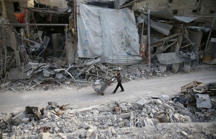 أخيرا.. قافلة مساعدات الغوطة الشرقية تفرّغ كل حمولتها
