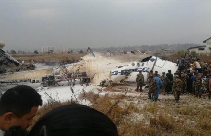 نجاة بعض الركاب في تحطم طائرة بنغالية بكتماندو