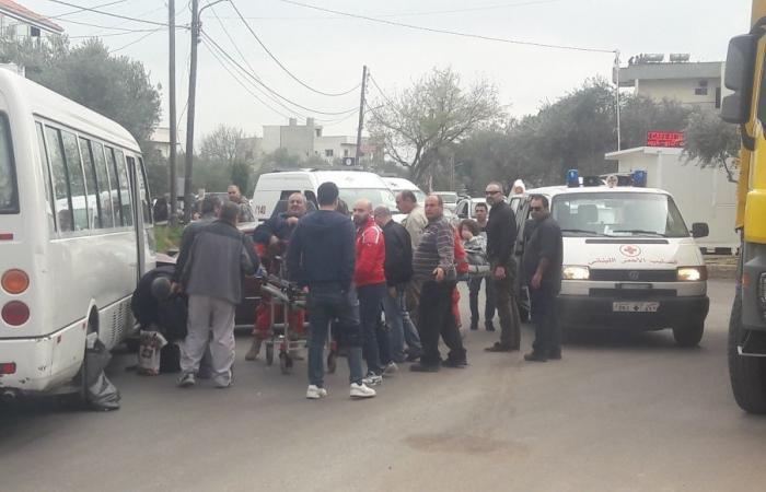 اصابة 5 اشخاص في حادث سير بين باص كبير وسيارة
