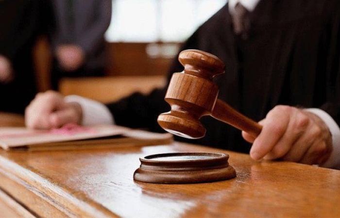 بالفيديو… متّهم يحاول قتل الشاهد داخل قاعة المحكمة