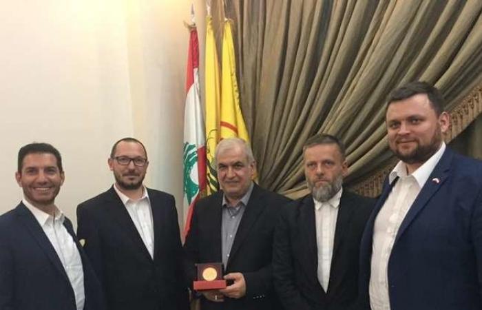 """بالصورة.. برلماني بولندي يزور محمد رعد ويدافع عن """"حزب الله""""!"""