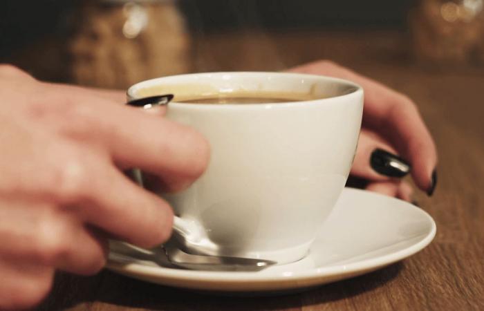 هل يجب أن تحذر الشركات المنتجة للقهوة زبائنها من السرطان أسوة بمصنعي السجائر؟