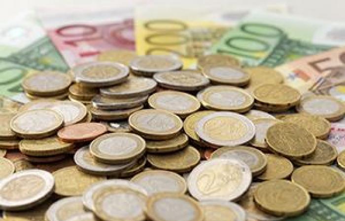 تراجع العملة الموحدة لمنطقة اليورو للأدنى لها منذ ثمانية أسابيع أمام الدولار الأمريكي