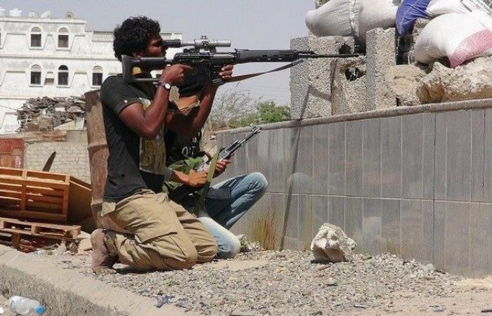 اندلاع اشتباكات مسلحة وسقوط قتلى وجرحى أمام مبنى محافظة تعز