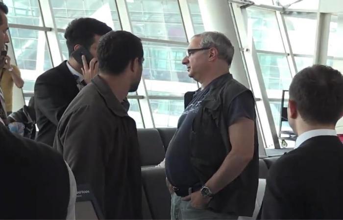 شاهد.. سفير إسرائيل بتركيا يفتش بالمطار قبل مغادرته