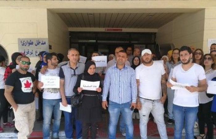 استمرار اعتصام موظفي مستشفى صيدا الحكومي مطالبين بدفع رواتبهم