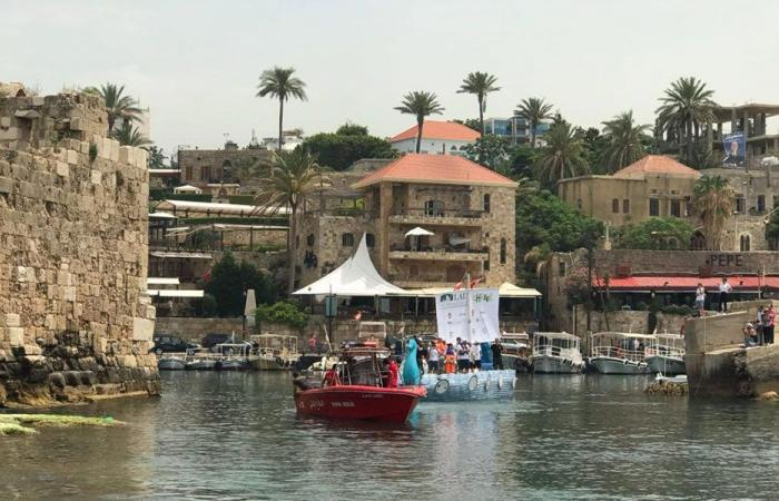 بالصور… قارب من القناني البلاستيكية