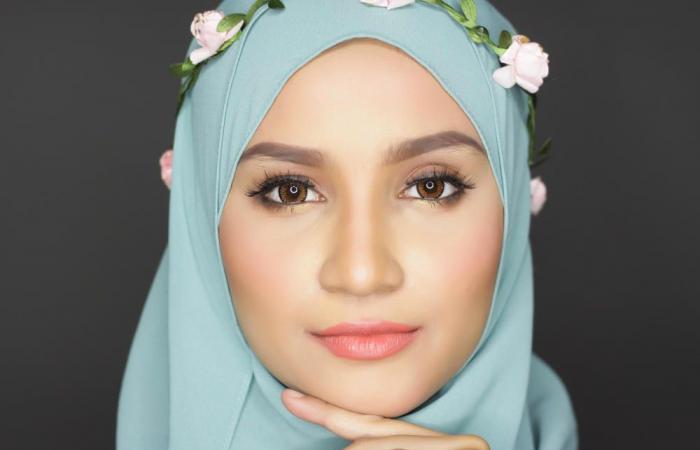 لفات حجاب مزينة بالورود لإطلالة مفعمة بالانوثة