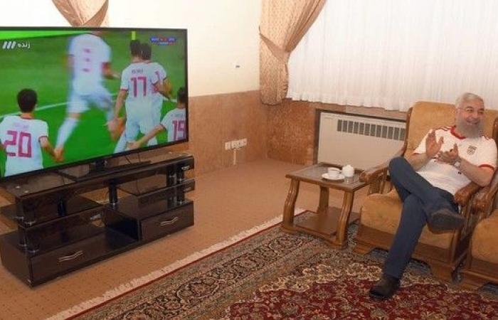 صورة فريدة لروحاني دون العمامة.. وكرة القدم للرجال فقط
