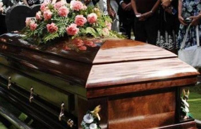 وفاة رجل بعدما سقط عليه تابوت والدته!
