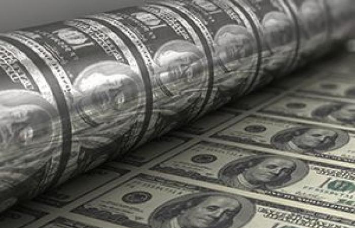 الدولار الأمريكي يتراجع من أعلى مستوى فى 11 شهرا قبيل بيانات الإنفاق الاستهلاكي