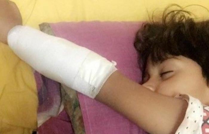 سلم كهربائي يلتهم يد طفل مصري.. والحكومة تتهم الأم