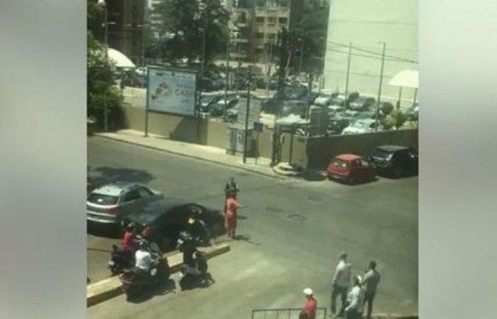 بالفيديو – موكب يمنع سيارة للصليب الأحمر من المرور