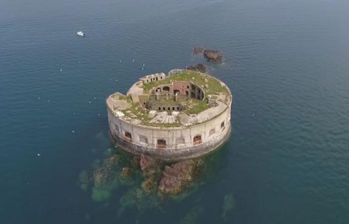 قلعة بحرية للبيع بمبلغ أقل من سعر شقة!
