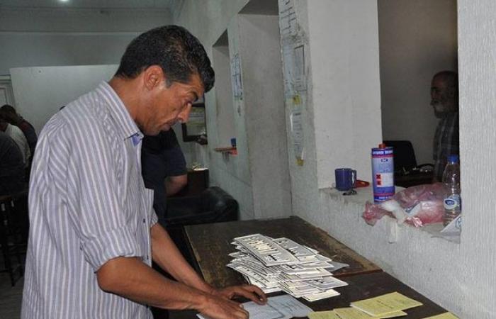 عدسة مكتب الإعلام الأمني توثق سير العمل داخل مصانع «اللوحات المعدنية»