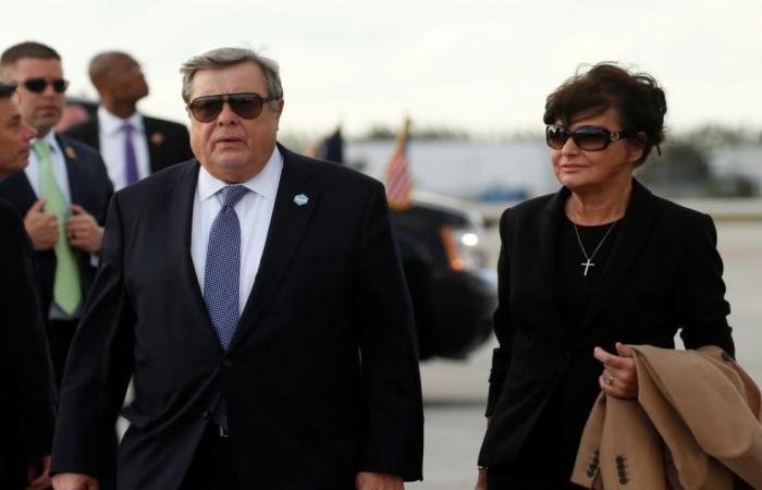 ترامب يحارب الهجرة ويمنح والديْ زوجته الجنسية