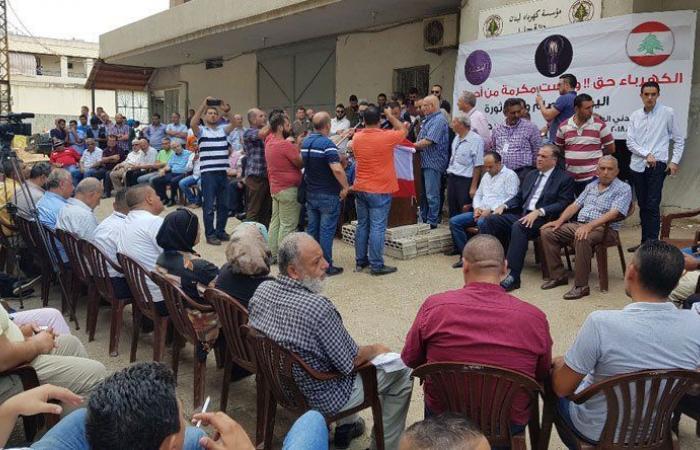 الحراك المدني العكاري اعتصم أمام مكاتب مؤسسة الكهرباء احتجاجًا على التقنين
