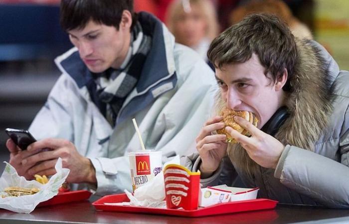 """براز بشري يلوث سلطات """"ماكدونالدز"""".. وتسمم المئات"""