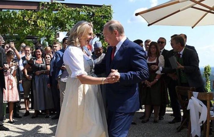 بوتين يراقص وزيرة الخارجية النمساوية بحفل زفافها (شاهد)