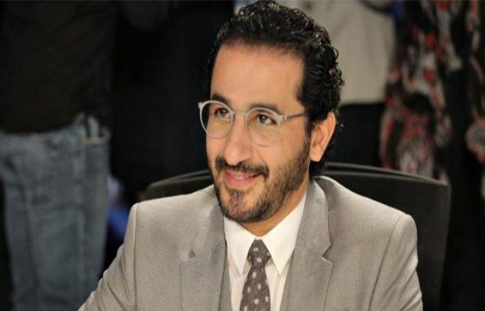 انتشار صورة قديمة لـ أحمد حلمي في طفولته ووالدته تتدخل