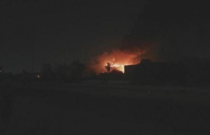 العراق   شاهد محتجين يحرقون مبنى محافظة البصرة.. وسقوط قتلى