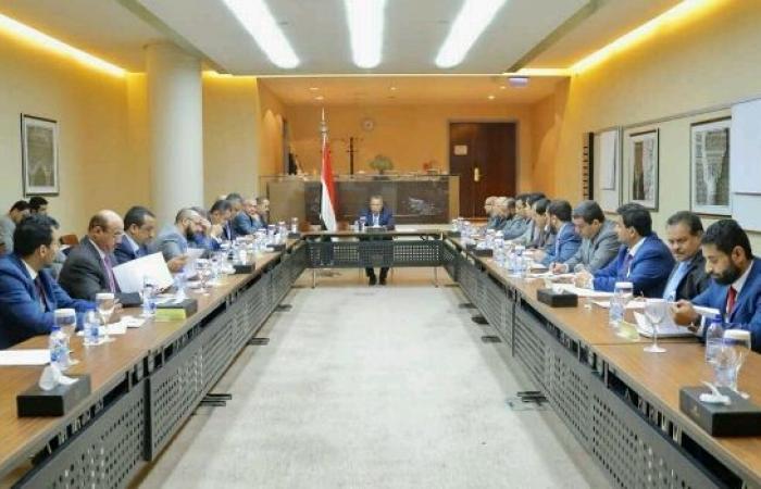 اليمن | عاجل: الحكومة تصدر 20 قرارا لانقاذ الاقتصاد ووقف انهيار العملة.. وتكشف موعد بدء زيادة مرتبات الموظفين