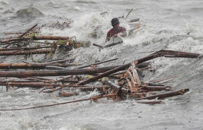 شاهد ما حدث لمراسل تليفزيوني تظاهر بقوة الإعصار الأمريكي؟