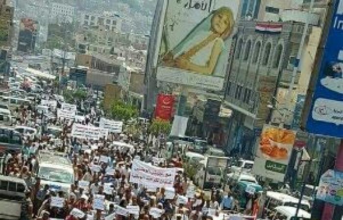 اليمن | متظاهرون غاضبون من الامارات والتحالف يرفعون صور «هادي» في عدن ومسيرة حاشدة بتعز ترفع عدة مطالب