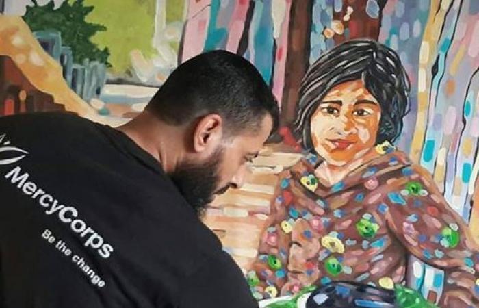 فلسطين | فنان تشكيلي تجبره ظروفه الاقتصادية على بيع لوحاته الفنية من أجل تسديد رسوم بناته
